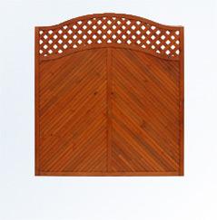 Nowoczesne płoty drewniane z żebrowaniem u góry